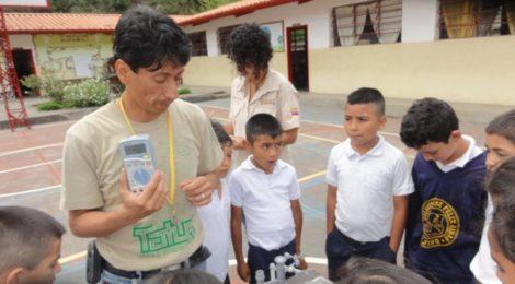 Juan Carlos Rojas realiza experimento en el patio de la escuela - Foto de grupo Tatuy