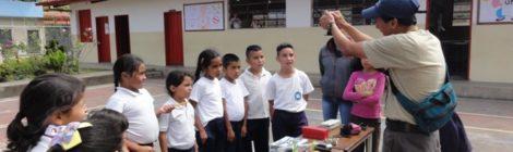 Niños presencia experimento hecho por el doctor Juan Carlos Rojas