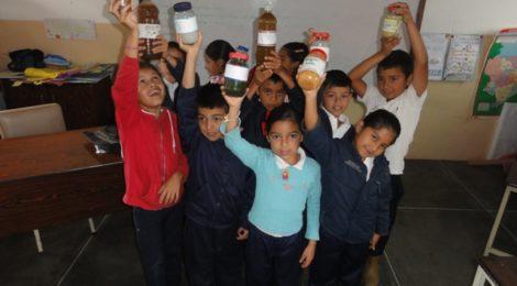 Niños de Mucutuy alzan el proyecto final del programa Cuidadores del planeta, consiste en la elaboración de un insecticida