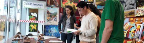Al fondo Marisol Rondon quien atiende a un grupo de visitantes