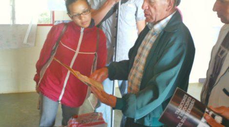 Ramon Sosa comparte parte de su biblioteca con los participantes del taller